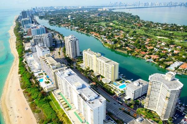 マイアミビーチのビーチと高層ビル群の航空写真