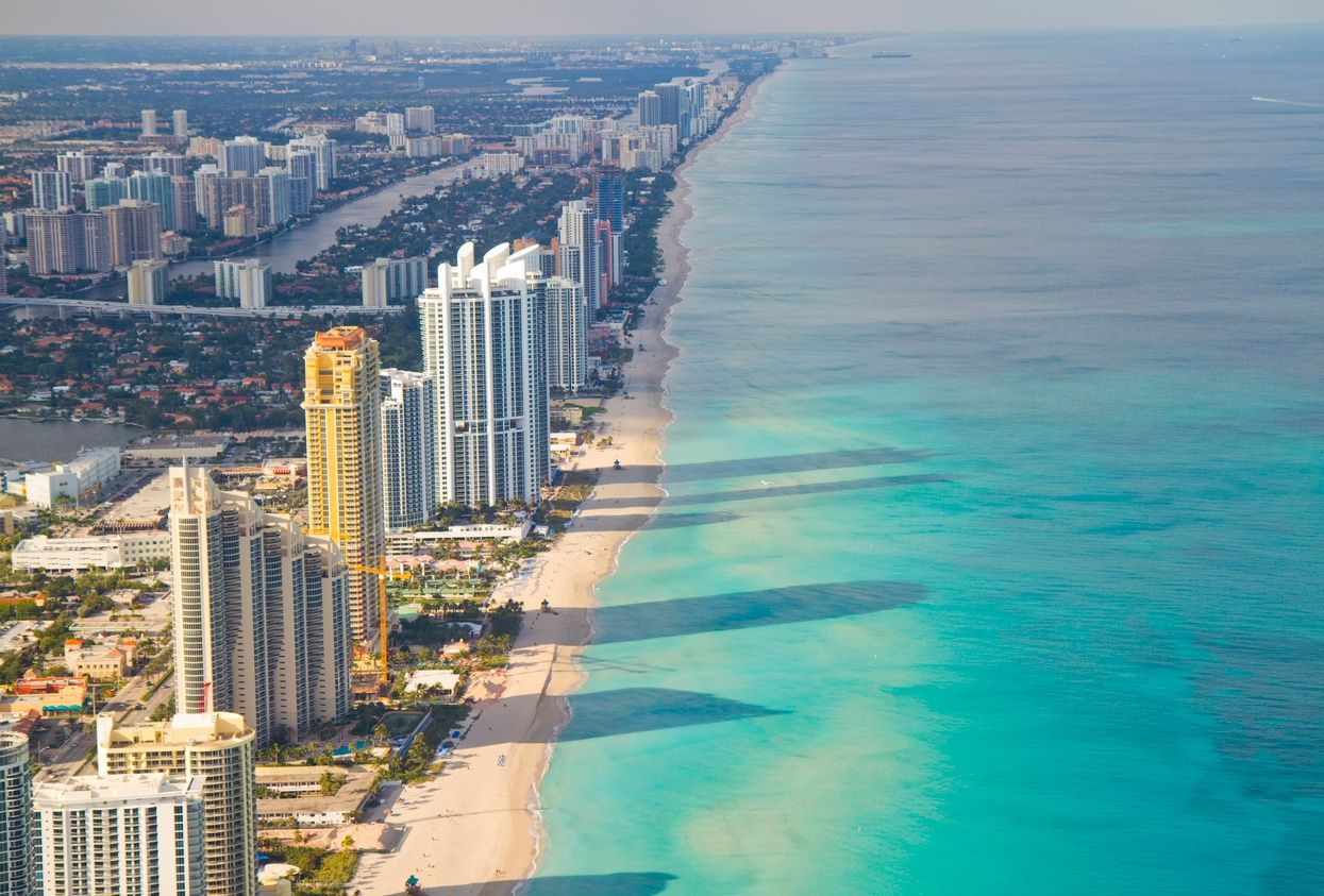 マイアミビーチ沿いの高層マンションの俯瞰図